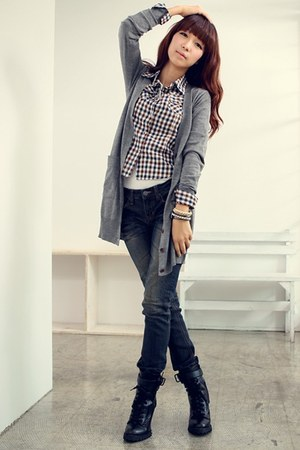 heather gray woolen Dotti cardigan - black Gina boots - navy Levis jeans