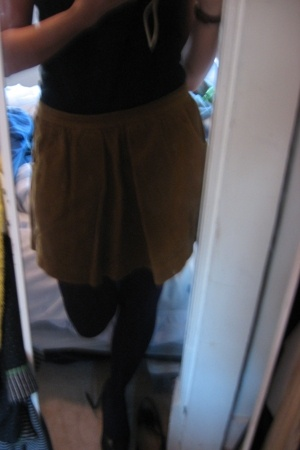madewell skirt - Old Navy t-shirt - HUE tights - BCBGgirls shoes