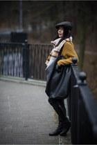 dark gray flat cap tchibo hat - black leather Lasocki boots