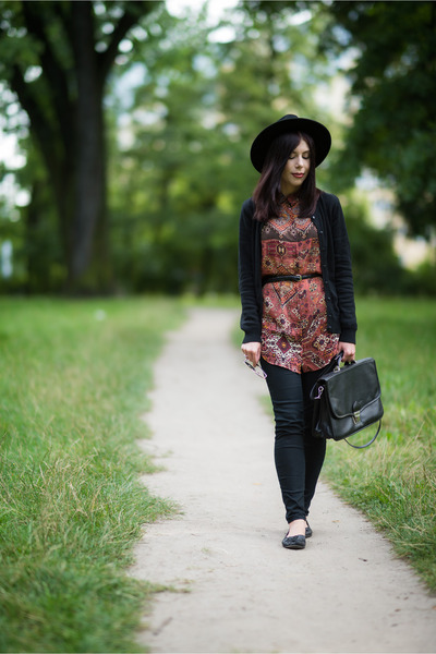 black fedora H&M hat - brick red ethnic Bershka shirt