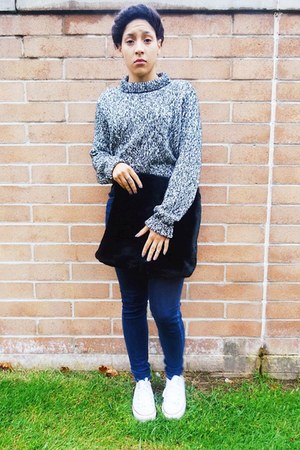 heather gray cropped H&M sweater - blue high waisted Levis jeans