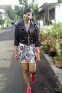 Black-jacket-beige-dress-black-necklace-red-shoes
