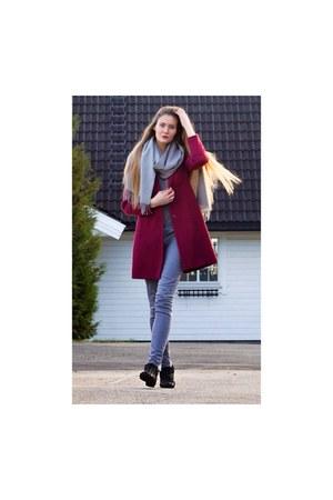 maroon burgundy La Redoute coat - black ankle boots Ippon Vintage boots