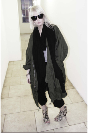 black sosume scarf - gray sosume t-shirt - black sosume pants - green vintage ja
