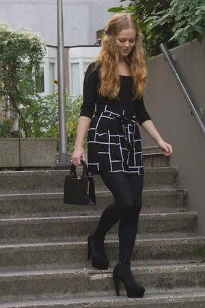 black H&M t-shirt - black Monki shorts - black new look shoes - black vintage ba