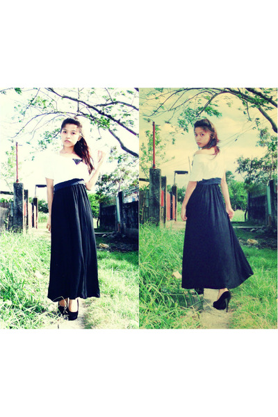 black maxi skirt - ivory crop top top - black black suede pumps