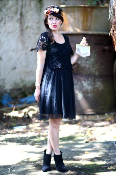 black ICODE dress - salmon clutch Mia reva accessories