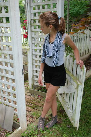 gray H&M top - black melina solnicki and jessica solnicki shorts - gray Mia shoe