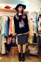 black vintage Monki hat - white rose Tasty shirt - black alice Tasty top
