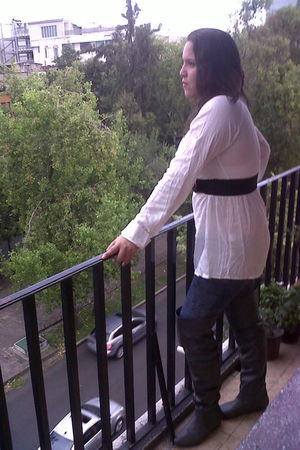gray boots - blue leggings - white top - black belt