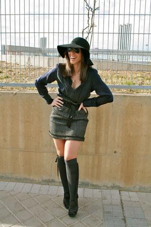 Calzedonia socks - H&M hat - Zara skirt - Roberto Verino blouse - Zara heels