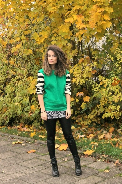green striped sleeves PERSUNMALL sweater - black studded Chicwish boots