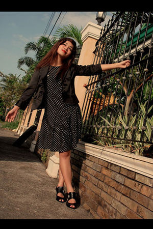 black vintage dress - black blazer - black shoes