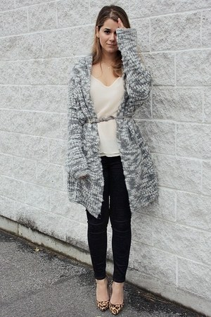 heather gray chunky Raven sweater - black skinny JBrand jeans