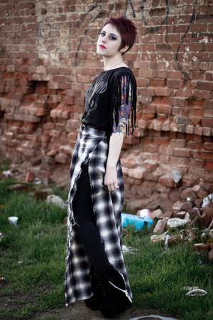 gold tribal necklace - black damsel claw Jeffrey Campbell boots