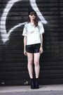 Black-newlook-boots-silver-frontrow-shop-t-shirt-white-komono-glasses