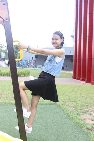 black circle skirt skirt - white Reebok shoes - blue denim vest