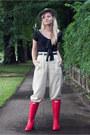 Red-hunter-boots-off-white-banana-republic-pants-black-vintage-blouse