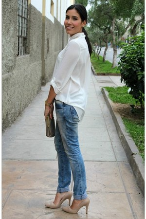 white silk papaya blouse - light blue Colcci jeans - neutral clutch vintage bag