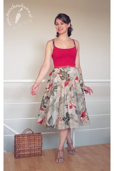 brown straw Vintage 1960s bag - olive green cotton Vintage 1950s skirt