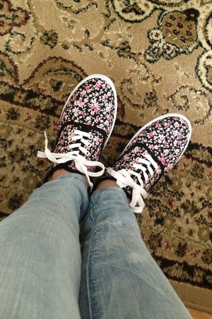 black floral pattern icy shoes