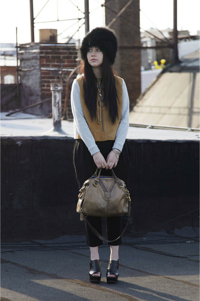 black Mphosis hat - heather gray H&M shirt - light brown Rachel Nasvik bag - bla