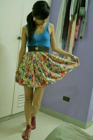 blue top - floral skirt - pink gladiattor sandals