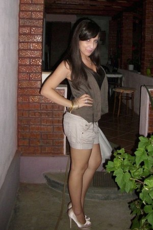 ivory zara sandals - ivory stradivarius bag - off white bershka shorts