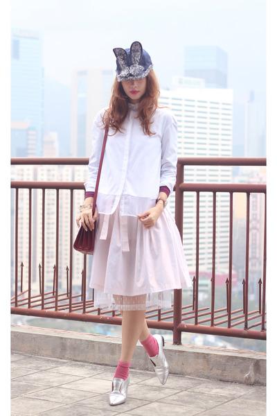 navy Bernstock Speirs hat - white the layers shirt - brick red Saint Laurent bag