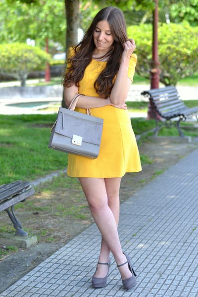 49522b7280b9 yellow Zara dress - grey purificación garcía bag - grey Zara heels