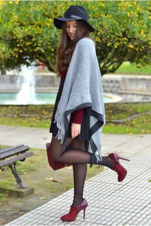 Stradivarius cape - H&M hat - Stradivarius sweater - Menbur bag