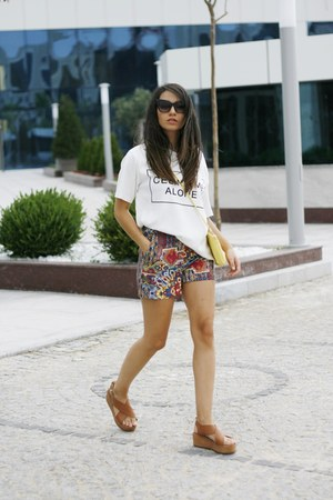 romwe sunglasses - H&M bag - Addax shorts - Sheopink sandals - romwe t-shirt