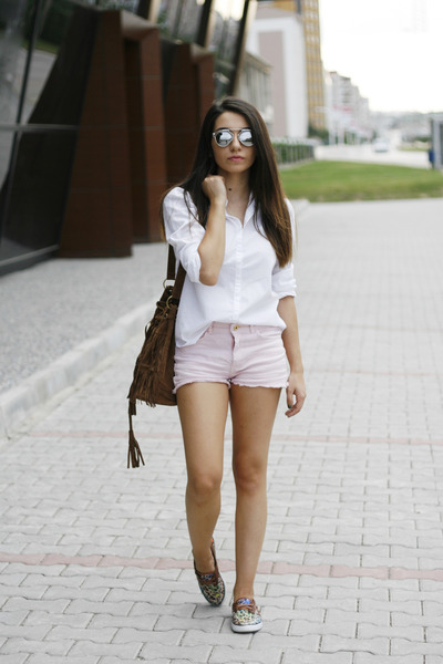 White-mango-shirt-brown-dressin-bag-light-pink-mango-shorts