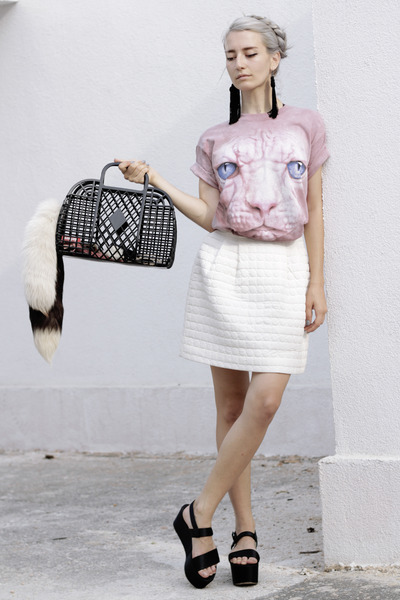 light pink hairless cat Dedoles t-shirt - black plastic basket h&m divided bag
