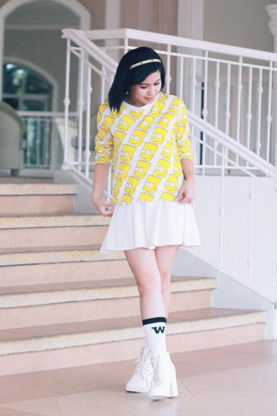 white GU Japan shoes - white GU Japan socks - yellow Rianne Venice sweatshirt