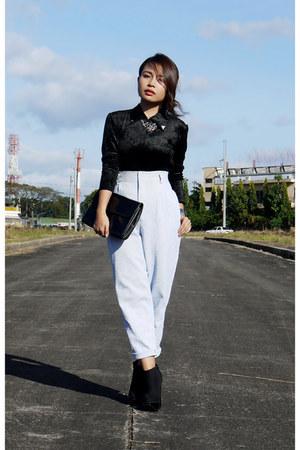 off white high waist Ralph Lauren pants - black patent clutch Anne Klein bag