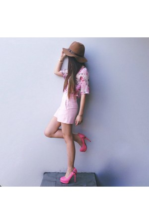 pink floral print H&M top - brown H&M hat - light pink high waisted Zara shorts