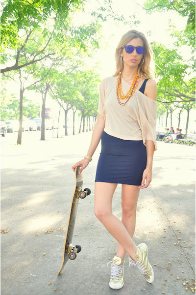 gold Zara sneakers - navy tomates fritos dress - navy Oakley sunglasses