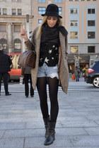 black carshoe boots - black vintage hat - black La Bul shirt