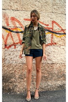 army green nowIStyle t-shirt - brown Zara heels