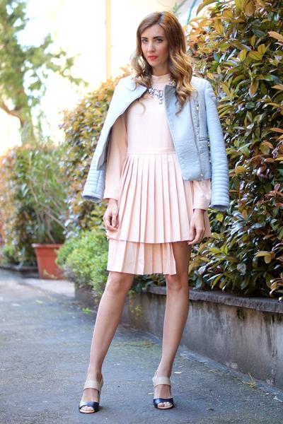 peach Front Row Shop dress - violet Menbur sandals