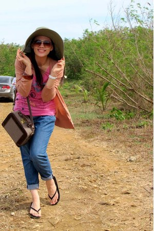 brown picnic bag Cava bag - black sanuk sandals - navy denim Regatta pants