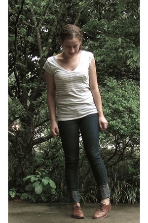 beige t-shirt - blue f21 jeans - brown Steve Madden shoes