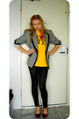 Gold-vintage-t-shirt-black-vintage-blazer-black-leggings-red-vintage-shoes