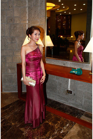 accessories - magenta assymmetric Leonardo Dadivas dress - gold purse