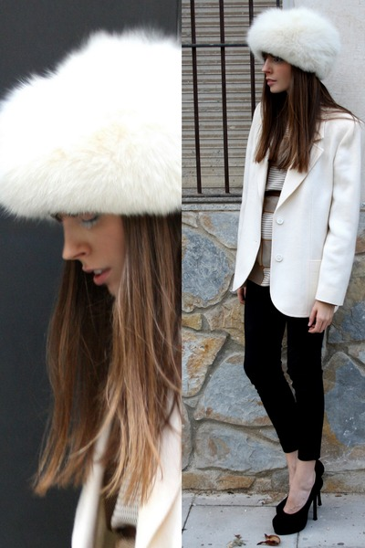 ivory trendy vintage hat - black leggings Zara leggings