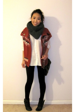 red tribal print cardigan - black ankle buckle boots - black leggings