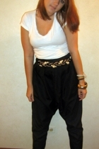white t-shirt - black pants - gold belt - black shoes - gold accessories