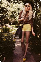 yellow heels - black hat - brown shirt - light yellow shorts