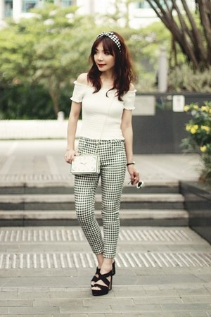 black strappy H&M heels - white clock print Choies bag - black Uniqlo pants